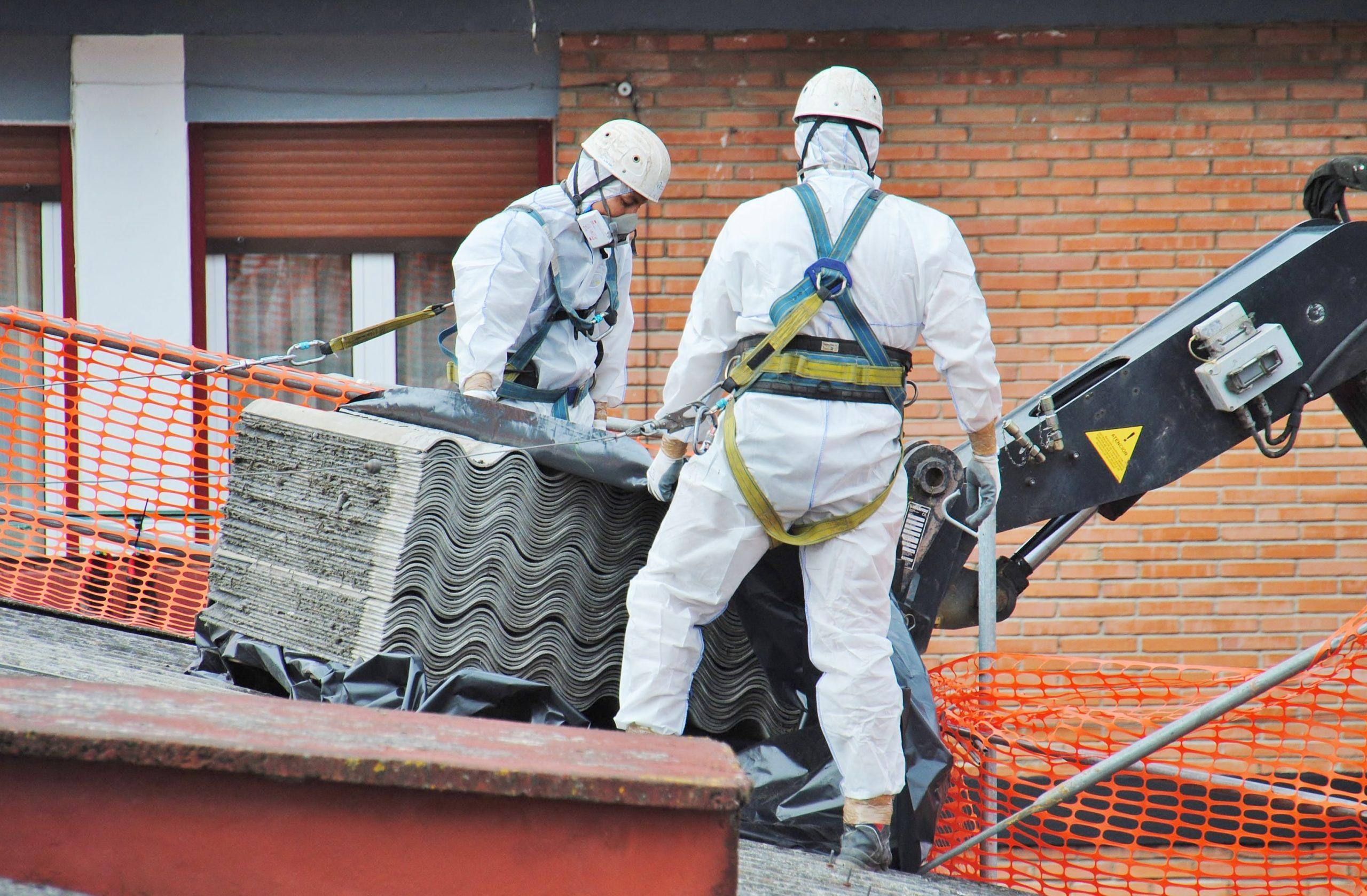 Asbestverwijderaars met kraan