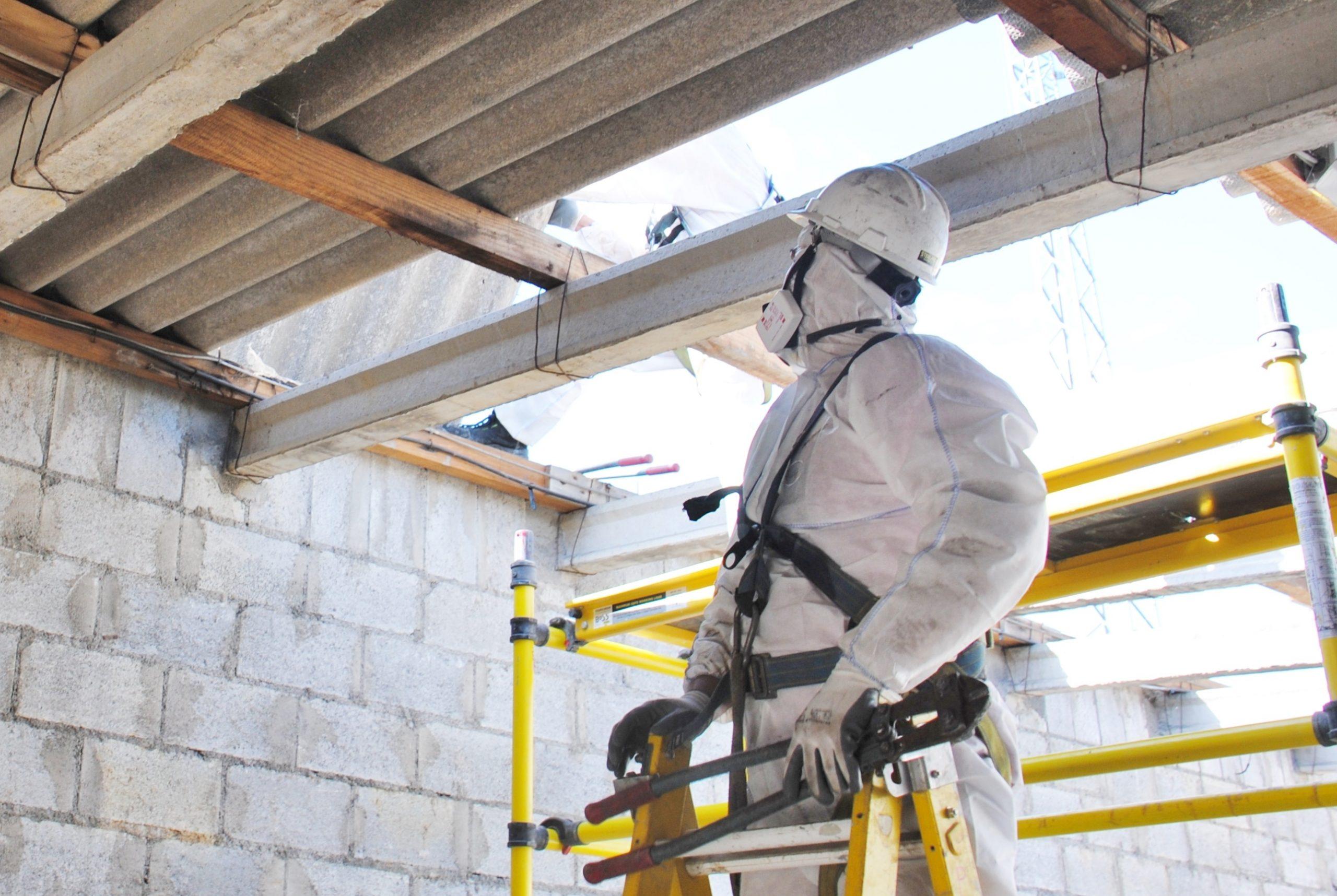 Asbestverwijdereraar in actie